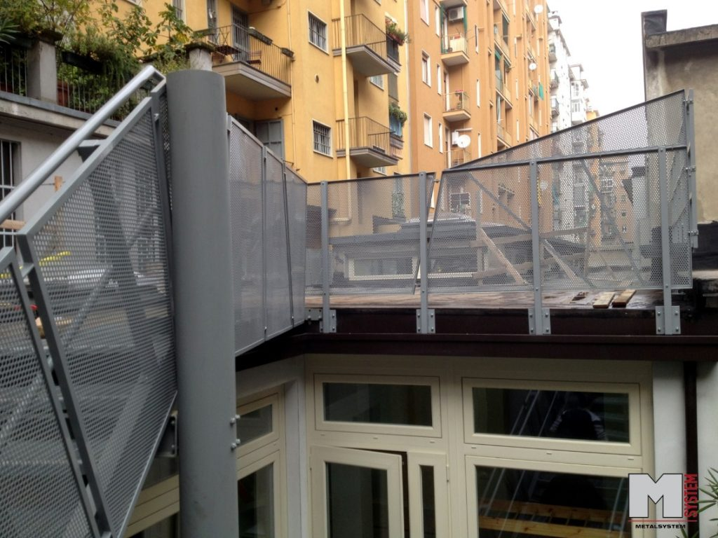 Parapetti in ferro metalsystem carpenteria metallica for Rete stirata per cancelli